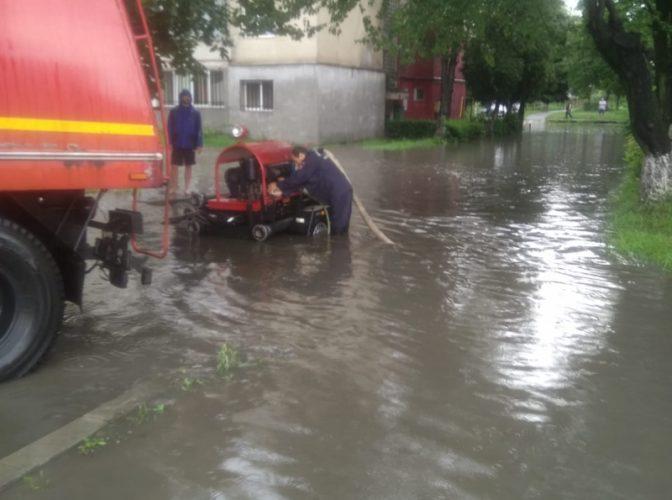 Inundațiile au făcut prăpăd - Ambulanță BLOCATĂ 15 ore în Argeș din cauza viiturilor