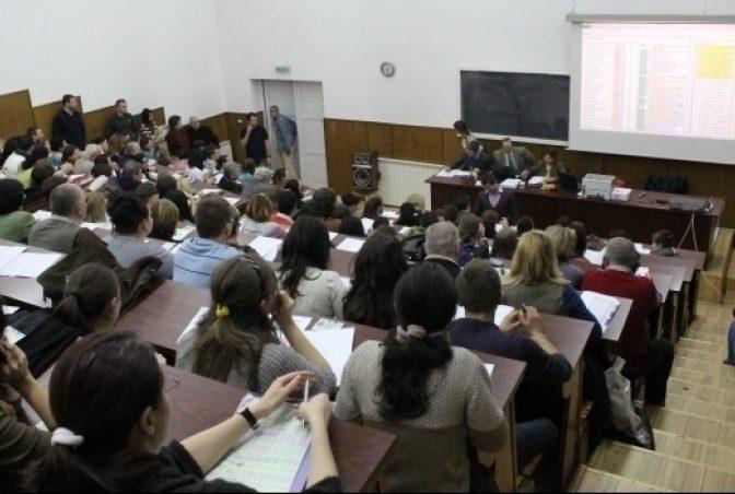 VIDEO Peste 200 de absolvenți de medicină din Cluj-Napoca și Iași au protestat față de amânarea examenului de rezidențiat